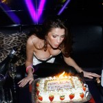 Manuela Ferrera al soffio della torta, foto stampa