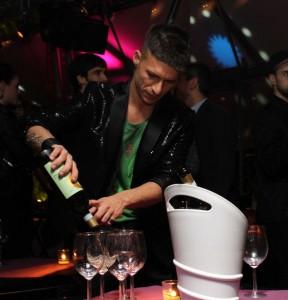 Bruno Vanzan mentre prepara un cocktail, foto stampa