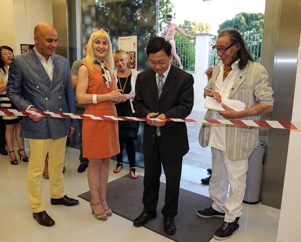 Il pittore (a dx) all'inaugurazione con gli editori di Woman&Bride, foto stampa