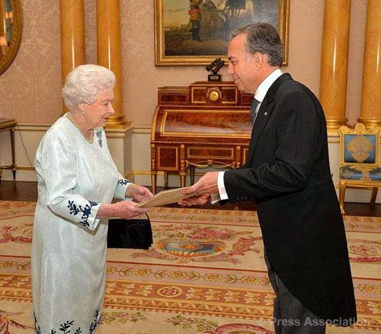 Elisabetta II riceve le credenziali da S.E. Pasquale Terracciano, foto stampa