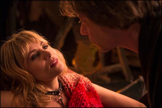 Una scena del film con Emmanuelle Seigner e Mathieu Amalric, foto stampa