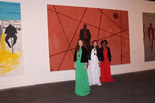 Modelle con un'opera di Roberto Bosco, foto Rosatelli/De Nicola
