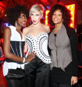 Vittoria Hyde con amiche, foto stampa
