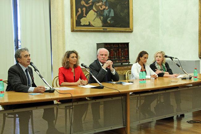 Tavolo relatori durante premiazione di Noa come madrina del Festival, foto di Rodolfo Mazzoni