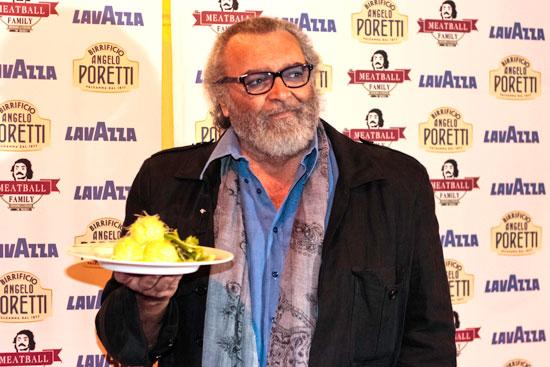 Diego Abatantuono con uno dei piatti del locale, foto stampa