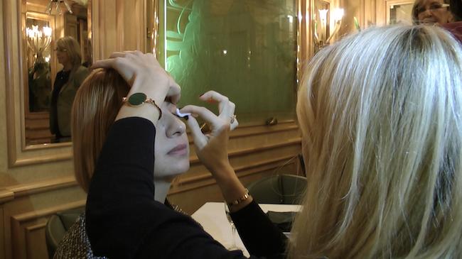 Natalie Franz mentre applica magicstripes, foto UTV