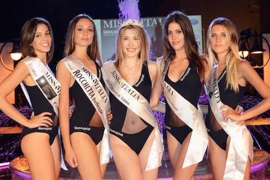 La vincitrice insieme ad altre Miss elette, foto stampa