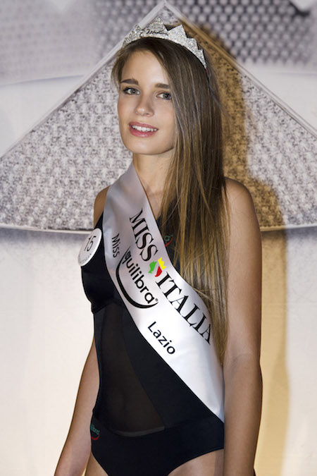 La vincitrice insieme ad altre Miss, foto stampa