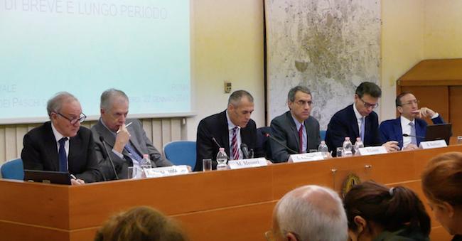 Il tavolo dei relatori con Carlo Cottarelli, foto di Rodolfo Mazzoni