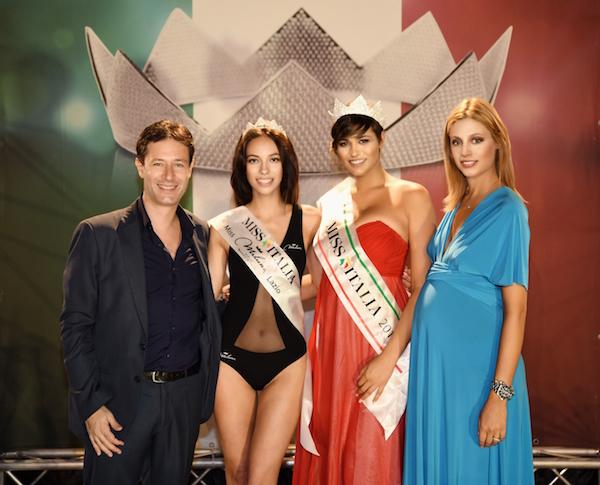 La vincitrice con Miss Italia 2015 Alice Sabatini e i presentatori Margherita Praticò e Stefano Raucci, foto Valerio Cosmi