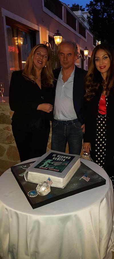Il taglio della torta libro con l'autore tra Tiziana Cosso Olivetti e Fanny Cadeo, foto UTV